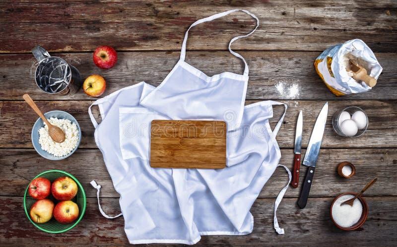 Begrepp: Matlagning som bakar Kitchenware och en variation av produkter för stekhett slut upp på en lantlig tabell ovanför sikt f fotografering för bildbyråer