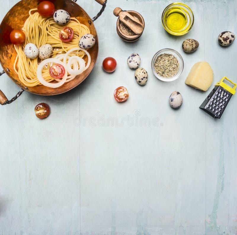 Begrepp som lagar mat hemlagad vegetarisk pasta med körsbärsröda tomater, parmesanost, vaktelägg, smaktillsatser, pasta i en kopp royaltyfri bild