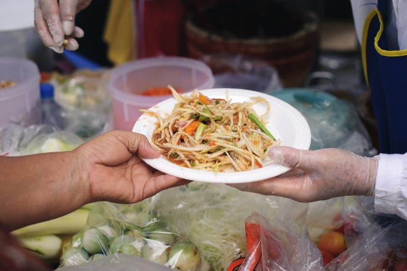 Begrepp som tjänar som fri mat till det fattigt: Fri mat, genom att använda rester för att mata det hungrigt: Matbegrepp av hopp: arkivbilder