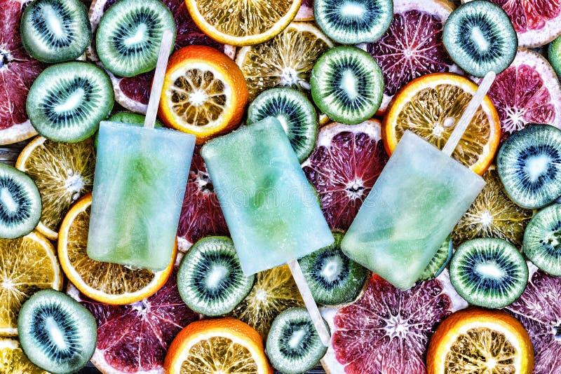 Begrepp: sommar värme som släcker törstad fruktis, skivade frukt, kiwin, apelsinen, grapefrukt royaltyfria bilder