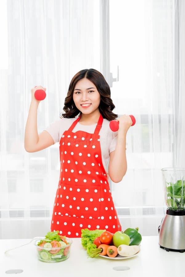 Begrepp: Sund livsstil, sund mat En ung kvinna är holdien royaltyfri foto