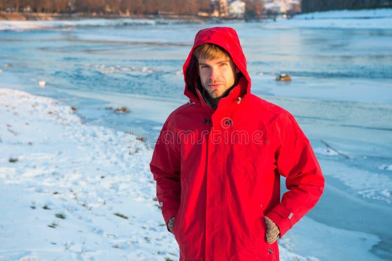Begreppet aktiv vila och expedition man i parka vintermanligt varma kläder för kallt klimat väder arkivfoton