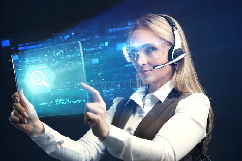 Begreppet av affären, teknologi, internet och nätverket En ung entreprenör som arbetar på en faktisk skärm av framtiden arkivbilder