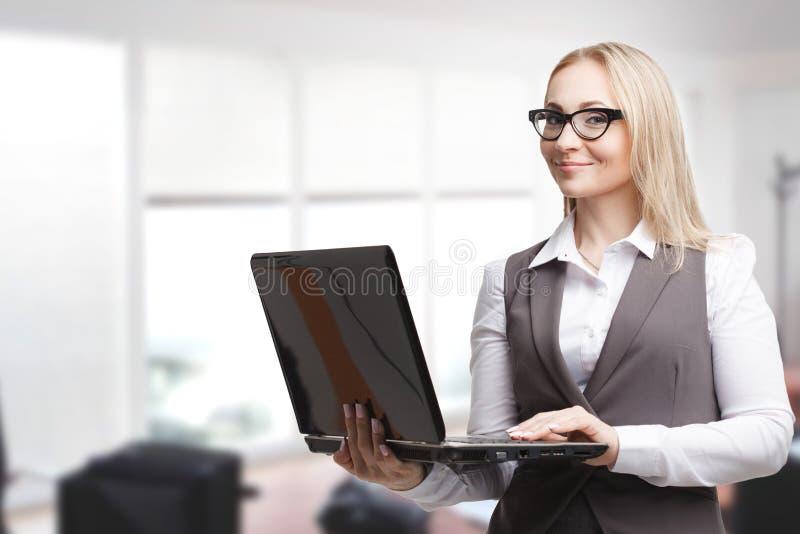 Begreppet av affären, teknologi, internet och networen royaltyfria bilder