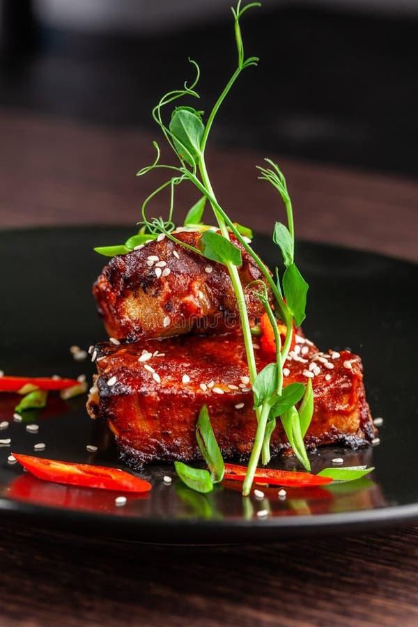 Begreppet av amerikansk kokkonst Stöd för grillat griskött, bakat och glasat i grillfestsås arkivfoto