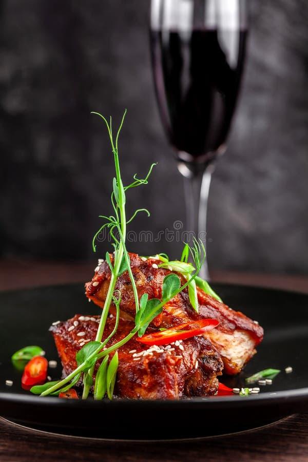 Begreppet av amerikansk kokkonst Stöd för grillat griskött, bakat och glasat i grillfestsås portiondisk i restaurangen fotografering för bildbyråer