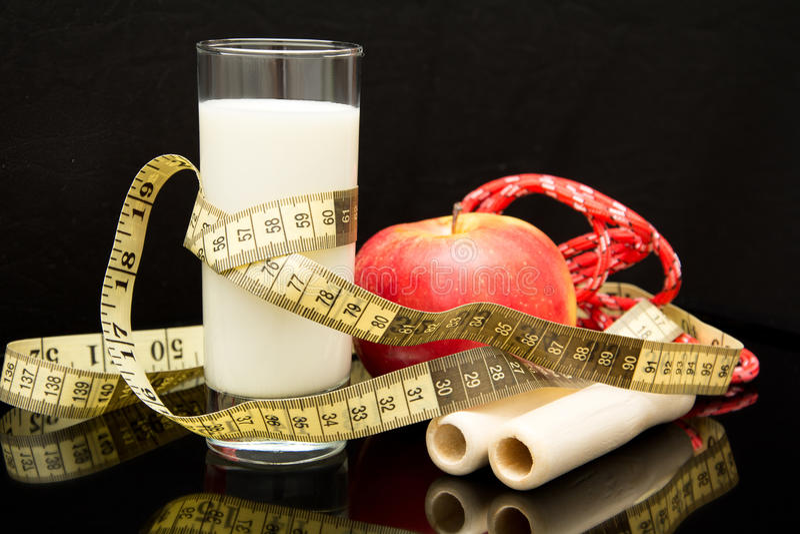 Begreppet av bantar, rope, exponeringsglas av mjölkar, mäter, äpplet arkivfoto