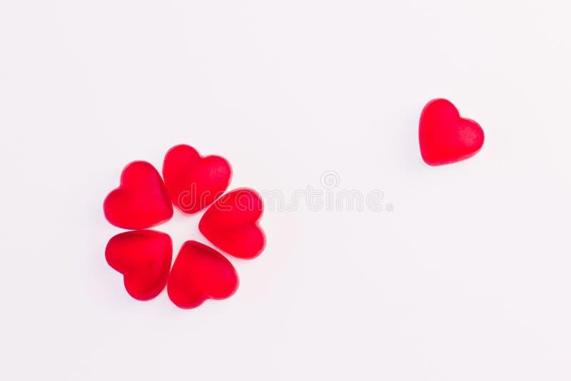 Begreppet av blomman som gjordes av hj?rta, formade r?da gel?s?tsaker p? isolerad vit bakgrund Top besk?dar royaltyfria foton