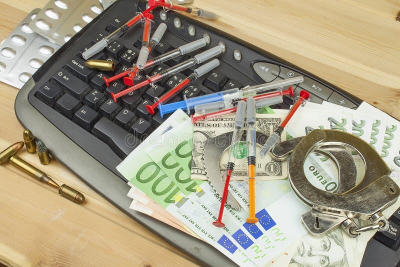 Begreppet av cybercrimen Olagliga försäljningar av läkarbehandlingar och droger över internet Giltigt sedeleuro och den tjeckiska royaltyfri fotografi