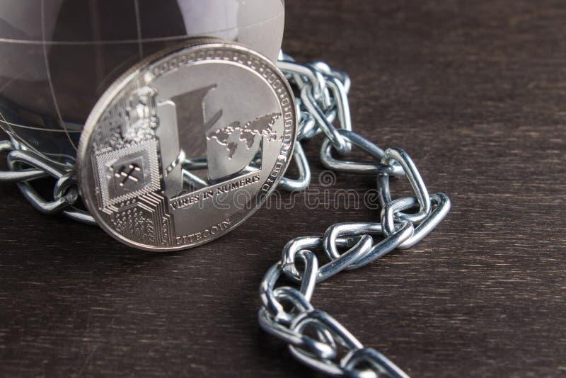 Begreppet av den crypto valutan för världen är litecoin Elektroniska betalningar som blockerar teknologi Silvermynt royaltyfri foto