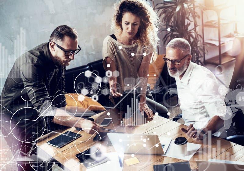 Begreppet av den digitala skärmen, symbolen för faktisk anslutning, diagrammet, graf har kontakt Lyckad affärsmandanande för ungt arkivbild