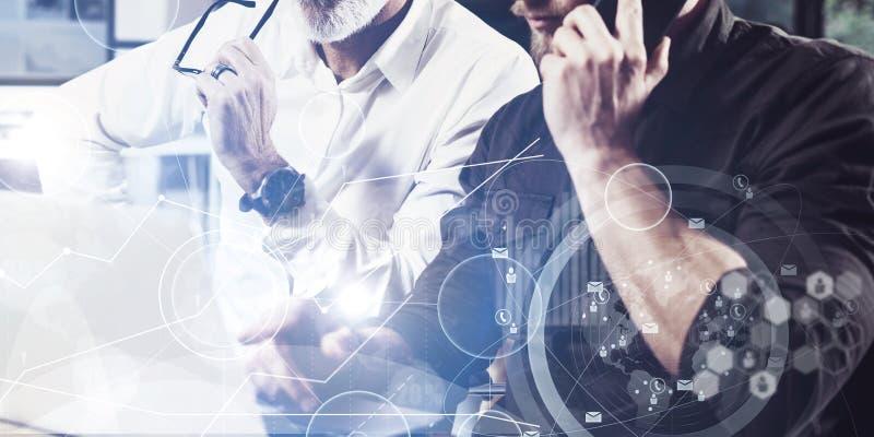 Begreppet av den digitala skärmen, symbolen för faktisk anslutning, diagrammet, graf har kontakt Skäggig ung man som använder mob arkivbild