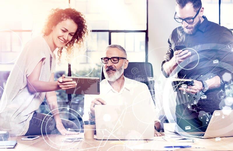 Begreppet av den digitala skärmen, symbolen för faktisk anslutning, diagrammet, graf har kontakt Unga lagcoworkers grundar ett st royaltyfri bild