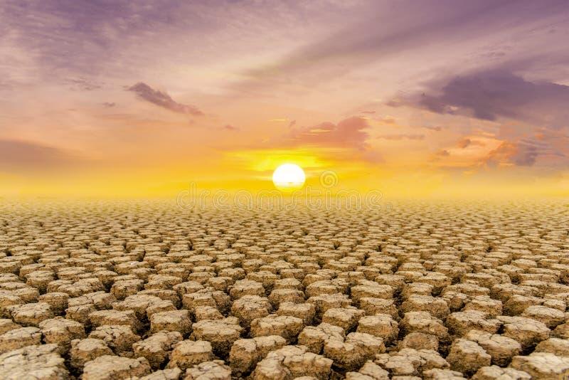 Begreppet av den naturliga torkan av miljön på jord: torr jord, sprucken jord med jorderosion blir röd som inte är arkivbilder