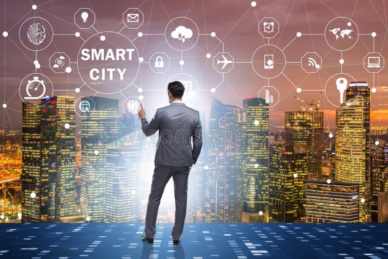 Begreppet av den smarta staden med trängande knappar för affärsman royaltyfri bild