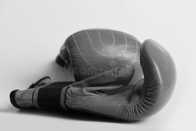 Begreppet av den sportive livsstilen och knackar ut Röda boxninghandskar på saftig gul bakgrund royaltyfri bild