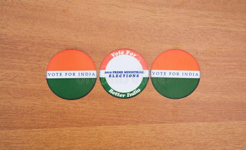 Begreppet av det indiska valet, klistermärkeuppvisning röstar för bättre Indien på tabellen royaltyfri fotografi