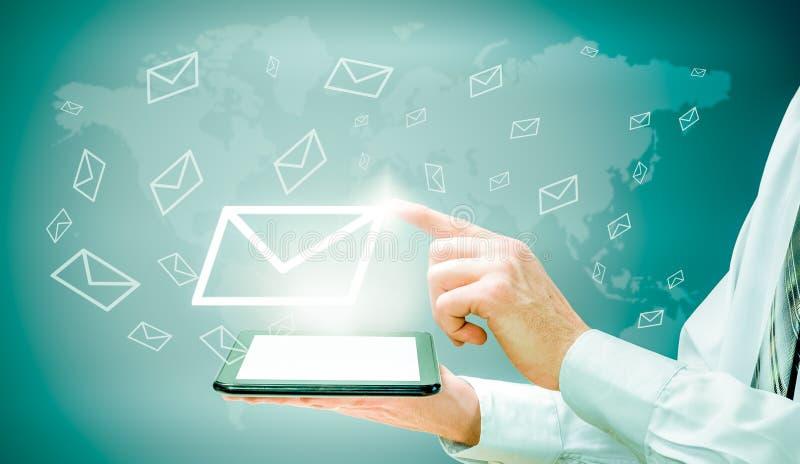 Begreppet av emailmarknadsföringen Affärsmannen gör överföring av emails från din minnestavla arkivfoton