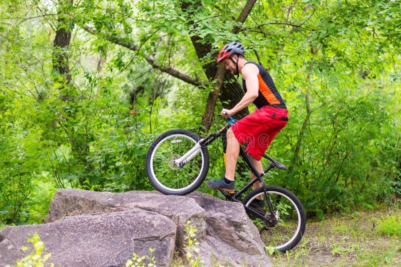 Begreppet av en aktiv livsstil, rida för cyklist vaggar royaltyfri bild