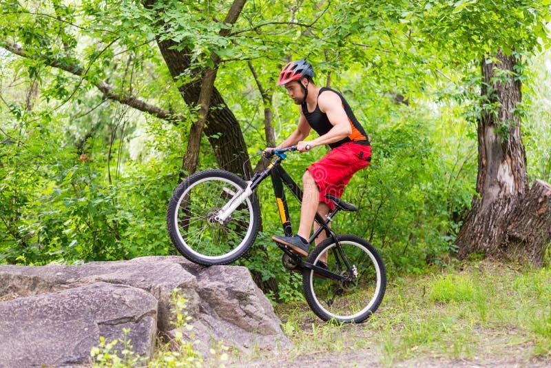 Begreppet av en aktiv livsstil, rida för cyklist vaggar arkivfoto