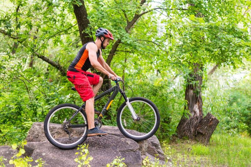 Begreppet av en aktiv livsstil, rida för cyklist vaggar royaltyfria foton