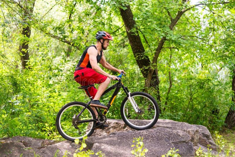 Begreppet av en aktiv livsstil, rida för cyklist vaggar royaltyfri fotografi