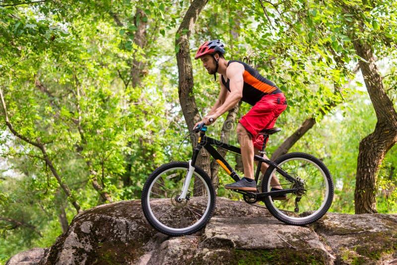 Begreppet av en aktiv livsstil, rida för cyklist vaggar arkivfoton