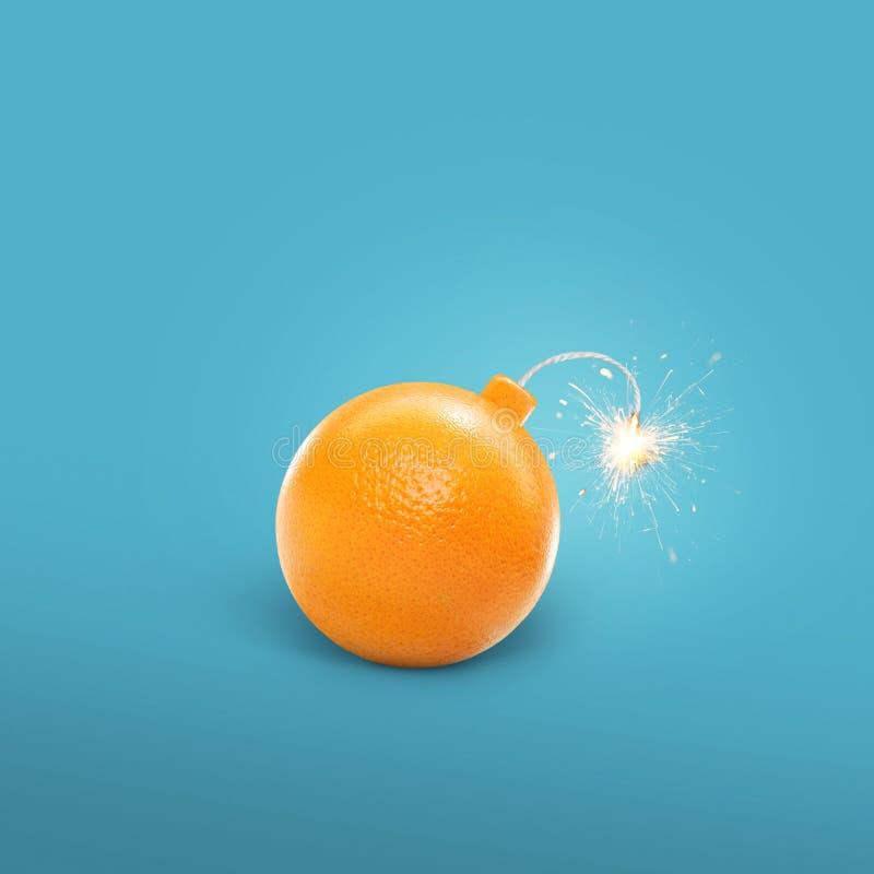 Begreppet av en apelsin bombarderar Idérikt bombardera med gnistor royaltyfria bilder