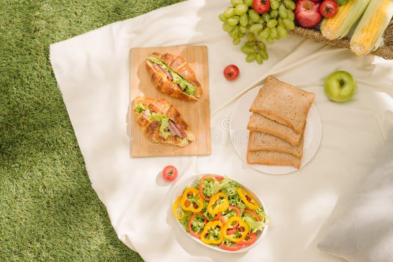 Begreppet av en picknick, sommar och vilar bästa sikt med tom sp royaltyfria bilder