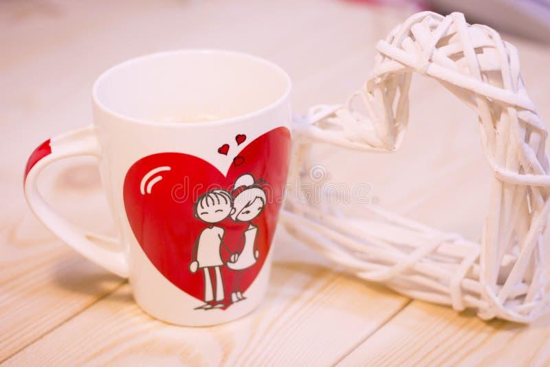 Begreppet av förälskelse med ett kaffe rånar royaltyfria foton
