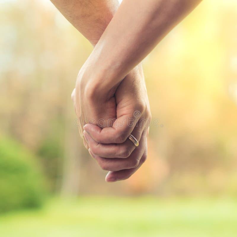 Begreppet av förälskelse mellan en man och en kvinna, traditionell marri royaltyfri foto