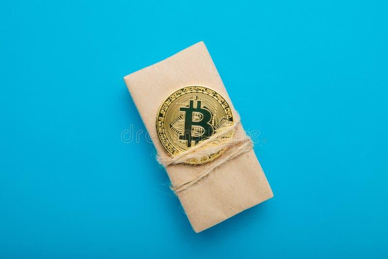Begreppet av försäljningen av gods för crypto valuta är bitcoin arkivbild