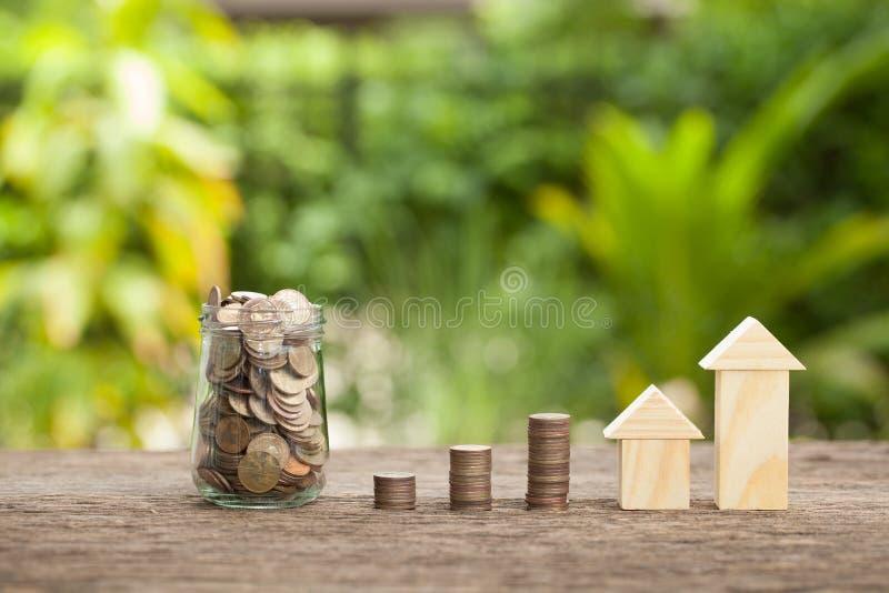 Begreppet av finansiella besparingar som köper ett hus royaltyfria foton