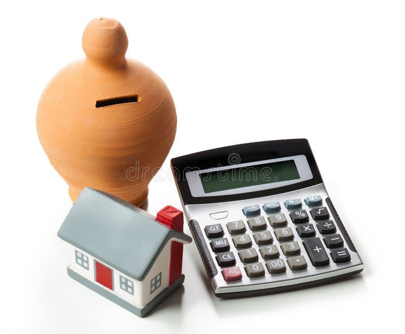 Begreppet av finansiella besparingar som köper ett hus Sparbössa och c royaltyfri bild