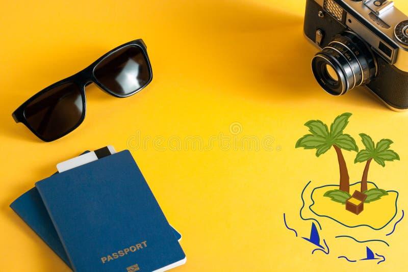 Begreppet av fritid och turism som uppskattar ön biometric pass, solglasögon och tillförsel för handelsresande på en ljus yello royaltyfri fotografi