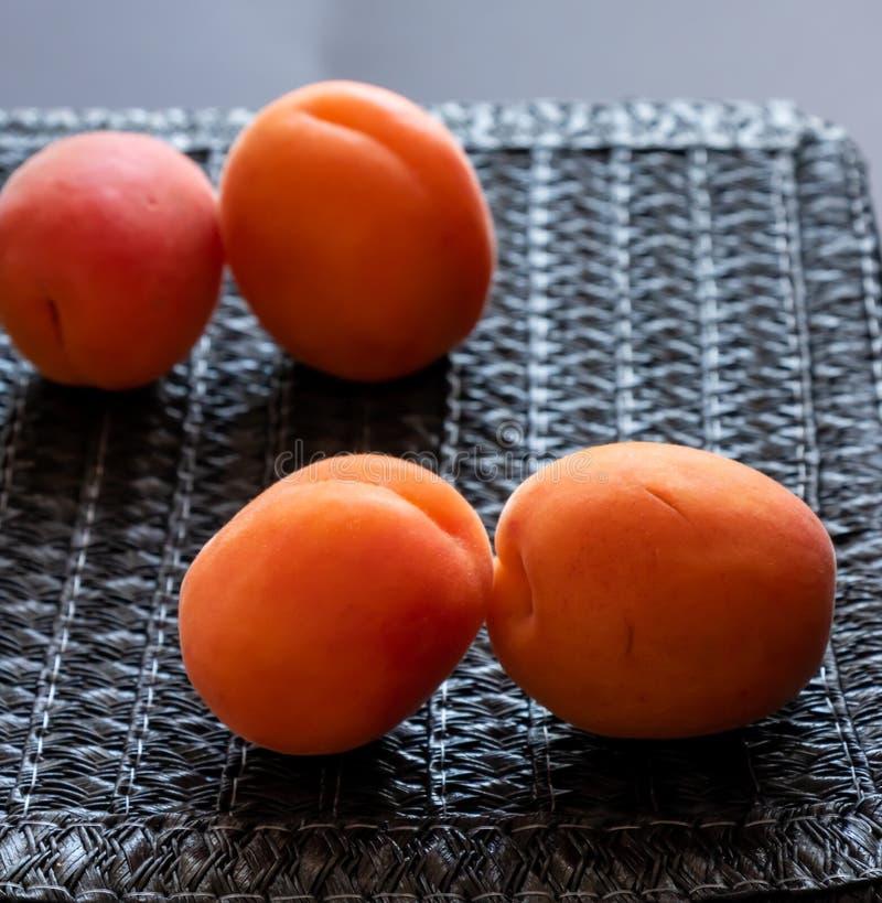 Begreppet av fult men bra för att äta frukt royaltyfri bild