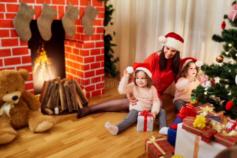 Begreppet av glad jul, nytt år med hans familj moder royaltyfri bild