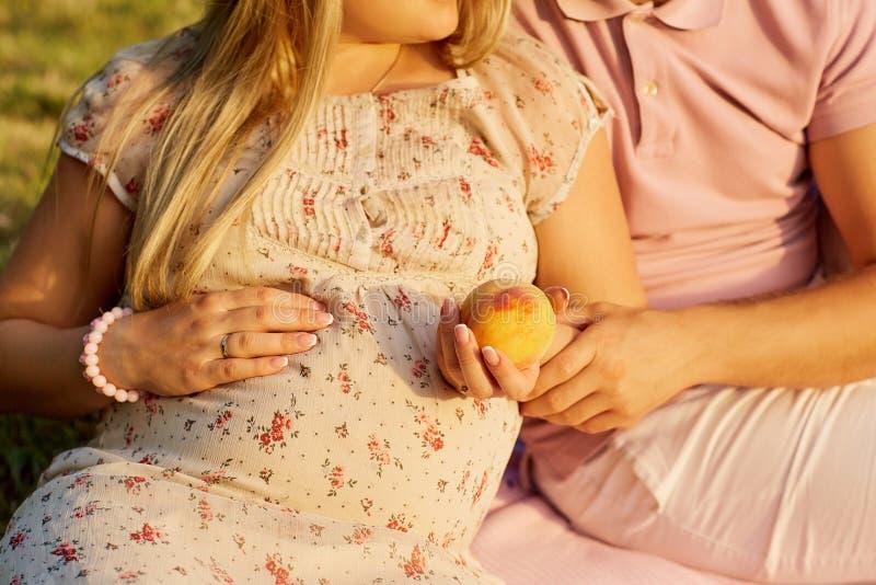 Begreppet av havandeskap, de nyfödda förväntningarna Bästa sikt av fotografering för bildbyråer