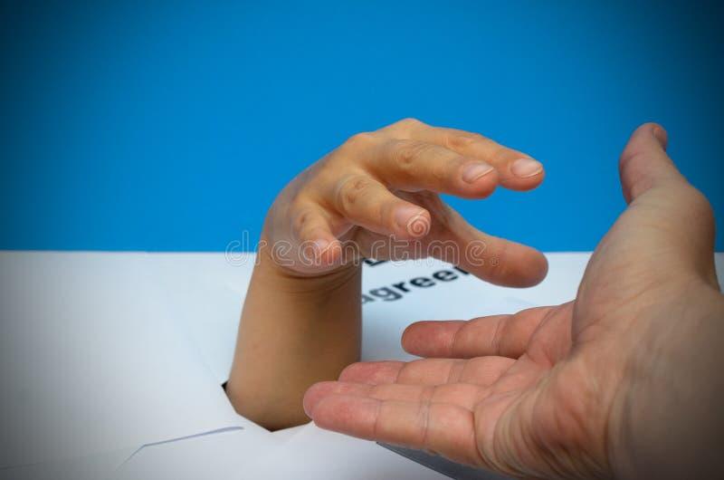 Begreppet av hjälp med krediteringsskulder En hand till och med legitimationshandlingar får hjälp med den annan handen royaltyfria foton