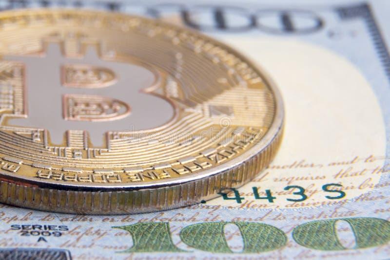Begreppet av investeringen, rikedom och utbytet av crypto-valutor Närbild Faktiskt mynt av guld- bitcoin på bakgrunden royaltyfri fotografi