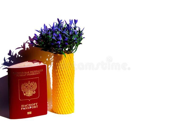 Begreppet av loppet från Ryssland till Europa, inklusive minnet av Frankrike Konstgjord lavendelbukett och ryskt pass royaltyfri bild