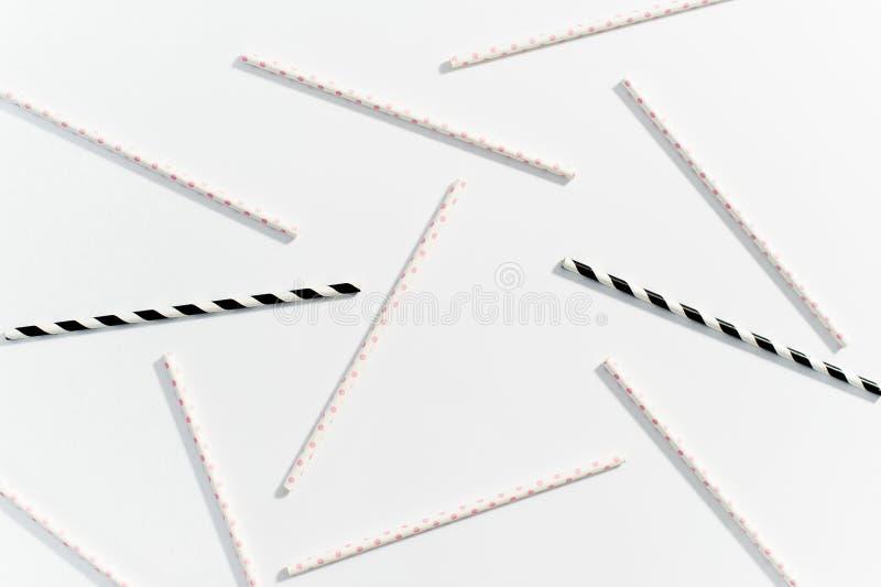 Begreppet av m?ng--f?rgade sugr?r f?r att dricka p? vit bakgrund arkivfoton