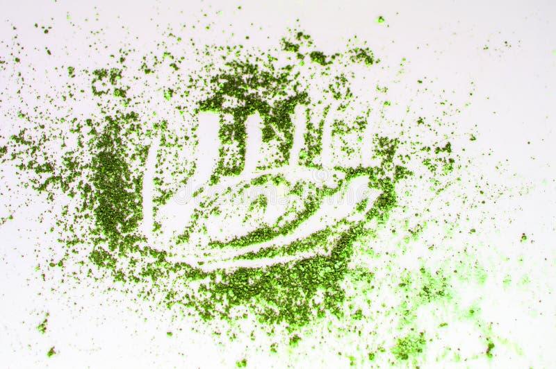 Begreppet av makeup, olivgrön gräsplan för ögonskugga spridd på en vit isolerad bakgrund och målade ögon arkivfoton