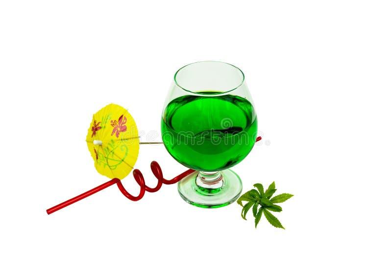 Begreppet av marijuanacoctailen, dricker att inneh?lla thc eller cbd royaltyfri bild
