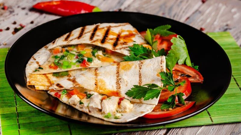 Begreppet av mexicansk kokkonst Mexicanska taco med höna, havre, röda bönor, tomaten, den röda löken och chilipeppar fotografering för bildbyråer
