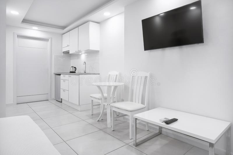 Begreppet av modern vardagsrum använder utrymme för liten lägenhetmodell royaltyfri fotografi