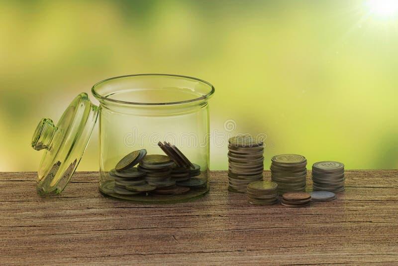 Begreppet av myntsamlare i flaskpengar royaltyfria bilder