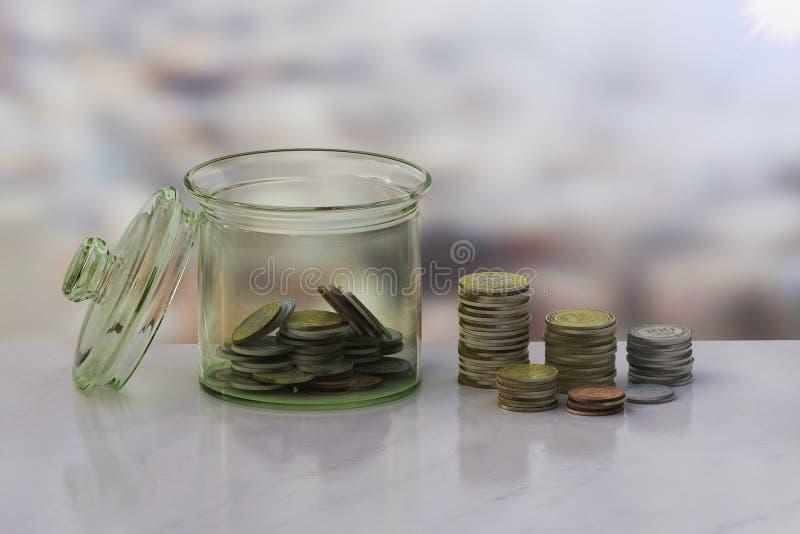 Begreppet av myntsamlare i flaskpengar royaltyfria foton