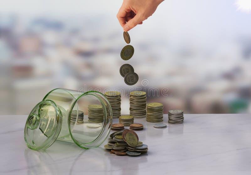Begreppet av myntsamlare i flaskpengar fotografering för bildbyråer