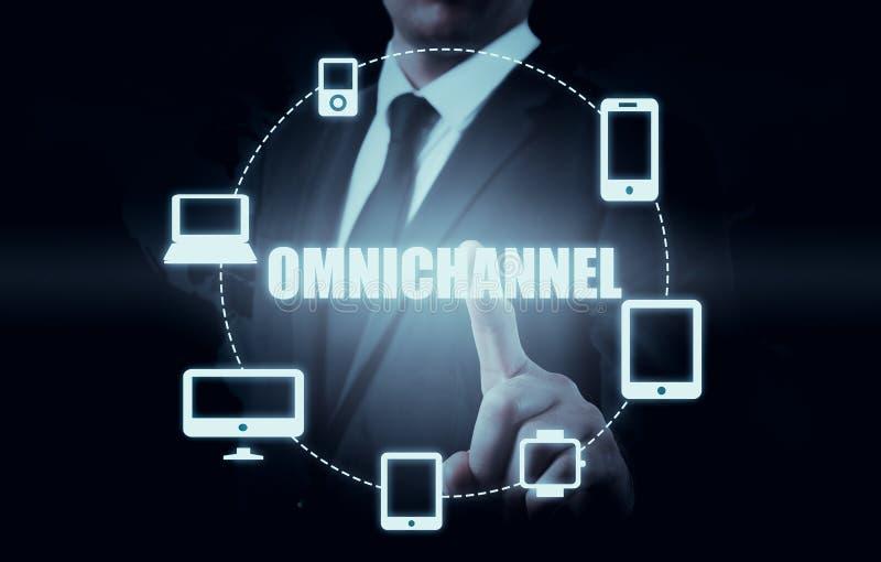 Begreppet av Omnichannel mellan apparater som förbättrar kapaciteten av företaget Innovativa lösningar i affär arkivfoton